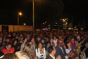 El público en la plaza de banderas del barrio minuto de dios